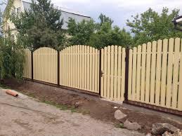 Чем примечателен забор из металлического штакетника
